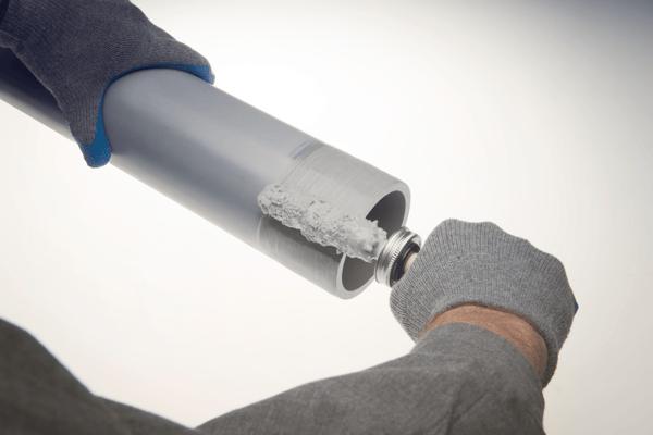 Aplicación de cemento solvente a la tubería Corzan CPVC