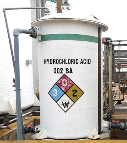 Recipiente de ácido clorhídrico con un revestimiento y tuberías de CPVC Corzan